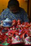优秀传统手工制造鞋子技巧在周庄,中国 免版税图库摄影