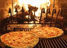优秀芬芳薄饼在木壁炉1烘烤了 库存图片