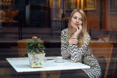 优等的咖啡馆的典雅的少妇 库存照片