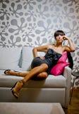 优等的坐的沙发妇女 免版税库存图片