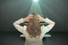 年轻优等的女实业家的综合图象用在站立回到照相机3d的头的手 免版税库存照片