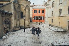 优等的新郎和他华美的新娘在冬天外套摆在外面 库存照片