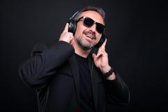优等的英俊的人听的音乐 免版税图库摄影