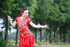 优美的亚洲中国肚皮舞表演者跳舞 免版税库存图片