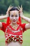 优美的亚洲中国肚皮舞表演者面孔和goldern首饰关闭 库存图片