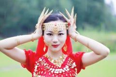优美的亚洲中国肚皮舞表演者面孔和goldern首饰关闭 图库摄影