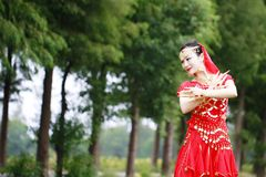 优美的亚裔中国肚皮舞表演者 免版税图库摄影