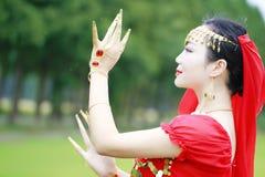 优美的亚裔中国肚皮舞表演者 免版税库存图片