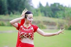 优美的亚裔中国肚皮舞表演者 库存图片