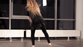 优美的女孩令人惊讶的情感跳舞的表现  她移动她的身体 股票视频