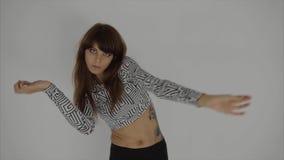 优美的女孩实践的contemp在演播室,执行舞蹈的元素她 影视素材