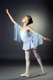 优美的矮小的舞蹈家的图象灰色背景的 免版税库存图片