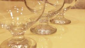 优美的科涅克白兰地玻璃逐个投入了桌 股票录像