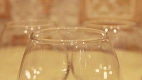 优美的科涅克白兰地玻璃逐个采取 股票视频