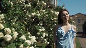 优美的自由爱恋的浅黑肤色的男人在夏天庭院里走自白天 影视素材