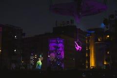 优美的舞蹈家执行空中杂技的和美丽的小提琴球员在街道剧院节日在布加勒斯特 库存照片
