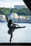 优美的芭蕾舞女演员剪影白色芭蕾舞短裙的 库存图片