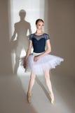 优美的芭蕾舞女演员的充分的成长画象 免版税图库摄影