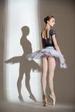 优美的芭蕾舞女演员的充分的成长画象 免版税库存照片