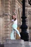 优美的芭蕾舞女演员跳舞在宫殿 图库摄影