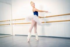 优美的跳芭蕾舞者 库存图片