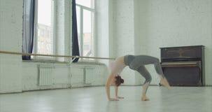 优美的适合的女子实践的瑜伽桥梁姿势 影视素材