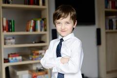 优美穿戴在一个白色衬衣和领带小男孩 库存图片