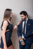 优美穿戴的性感的夫妇戏弄 免版税库存照片