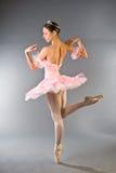 优美芭蕾舞女演员美丽的跳舞年轻人 免版税图库摄影