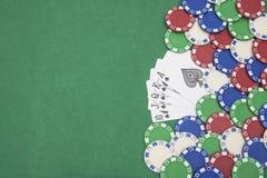 优胜突破啤牌锹同花顺和许多的10在赌博娱乐场桌上的芯片 免版税库存图片