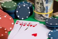优胜突破在啤牌和赌博娱乐场的心脏同花顺的10切削,金钱 免版税库存照片