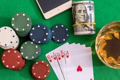 优胜突破在啤牌和赌博娱乐场的心脏同花顺的10切削,金钱 库存图片
