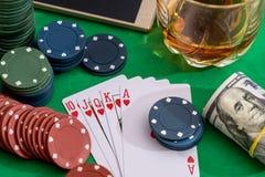 优胜突破在啤牌和赌博娱乐场的心脏同花顺的10切削,金钱 库存照片