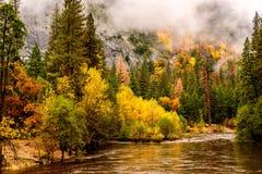 优胜美地国家公园谷和默塞德河秋天 免版税图库摄影