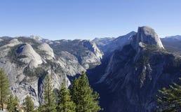 优胜美地在一个美好的晴天的谷全景 免版税库存图片
