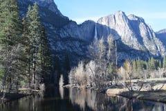 优胜美地小河山瀑布加利福尼亚 库存图片