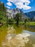 优胜美地瀑布在水中反射了 库存图片