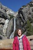 优胜美地瀑布的加利福尼亚美国妇女 免版税库存照片