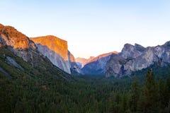 优胜美地谷在日落视图期间的国家公园从在暮色时间的隧道视图 免版税库存图片