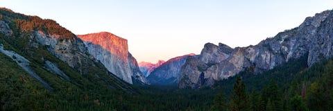 优胜美地谷在日落视图期间的国家公园从在暮色时间的隧道视图 库存图片