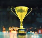 优胜者在模糊的背景的` s杯子 免版税库存图片