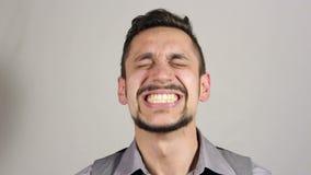 优胜者,一个年轻有胡子的商人以兴奋 股票视频