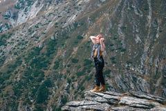 优胜者 球尺寸三 在远足的徒步旅行者女孩在山上面以后 复制空间 冒险罗马尼亚 库存照片