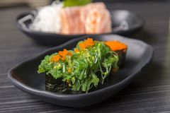 优质新鲜的未加工的Hiyashi Wakame Nigiri/日本鲜美food& x29;o 库存照片