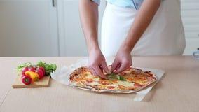 优质薄饼典型的意大利食物用意大利无盐干酪乳酪和新鲜的西红柿酱 股票视频
