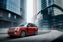 优质在路的汽车快速的驱动在白天的城市 免版税库存照片