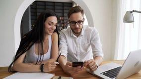 伙伴在手机的作为selfies在工作区 股票视频