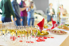 宴会事件 在桌上的香宾 免版税库存照片