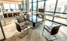 会场在一个现代办公室 公司和企业conce 免版税库存照片