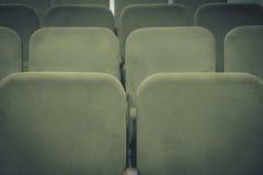 会场或戏院内部与绿色椅子行  免版税库存照片